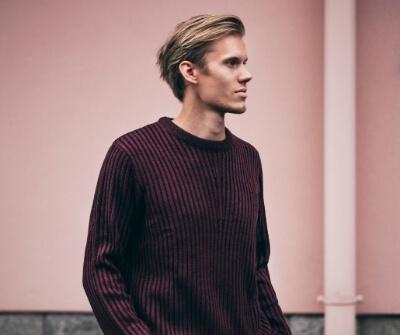 man blond haar haarverdikking rode trui
